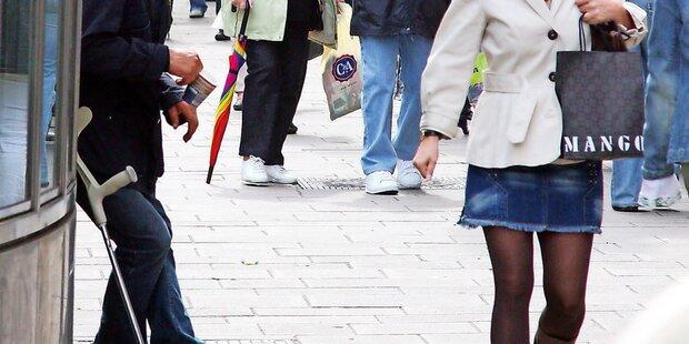Bettler drischt mit Krücke auf Polizisten ein