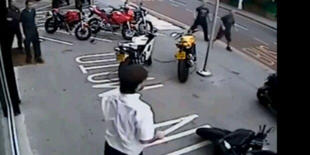 Bikeshop-Besitzer stößt Dieb von Motorrad