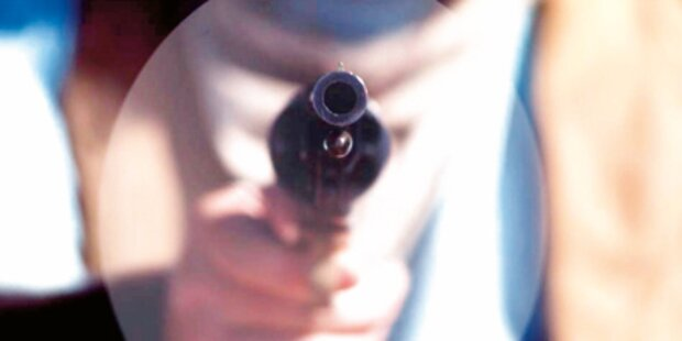 Zwei Passanten von Pistoleros bedroht