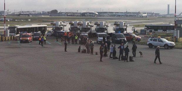 Flugzeug in Paris wegen Bombenalarms evakuiert