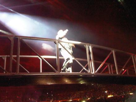 Bono auf der Brücke