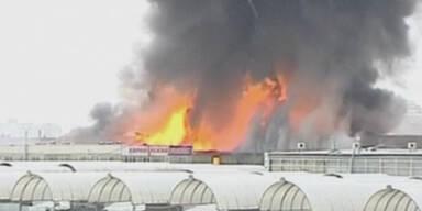 Einkaufszentrum am Christtag in Flammen