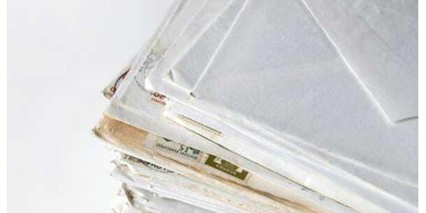 Post-Tochter öffnet und scannt Briefe