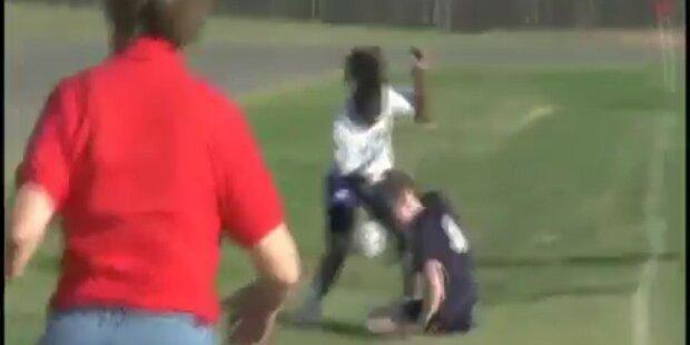Brutal: Fußballerin verprügelt Gegnerin