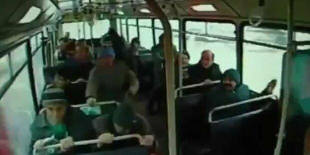 Innenaufnahme: Bus von LKW gerammt