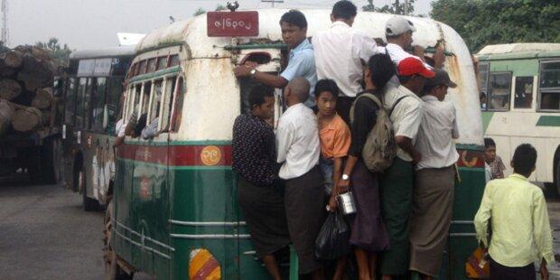 13 Busfahrgäste von zweitem Bus überfahren