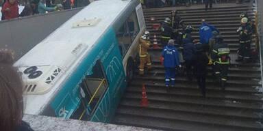 Bus rast in Moskau in Menschenmenge