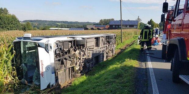 Ein Toter & viele Verletzte bei Busunfall
