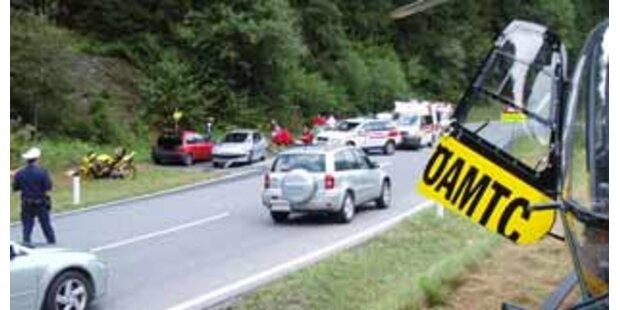 Auto schlitterte in Personengruppe