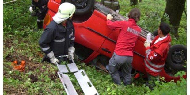 20-jähriger rast mit Auto in Wald