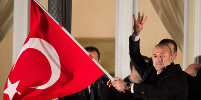 """Türkischer Außenminister zeigt den """"Wolfsgruß"""""""