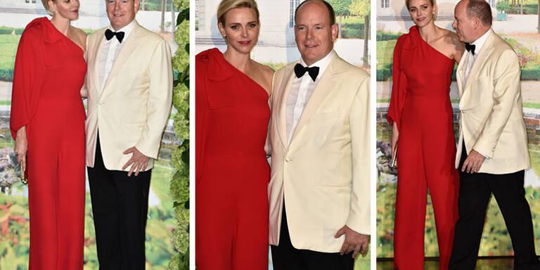Mit ihrem feuerroten, asymetrischen Jumpsuit, den sie statt des traditionellen Kleids für den Rotkreuz-Ball in Monaco wählte, zog die Fürstin alle Blicke auf sich.