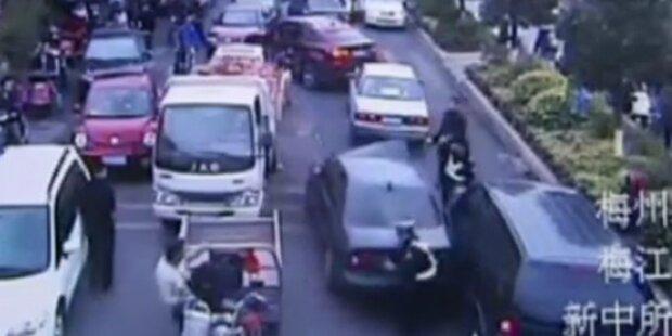 Flüchtender Autodieb rammt 13 Autos