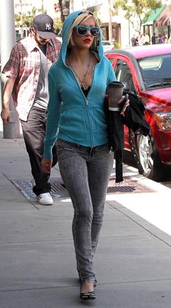 Christina Aguilera Türkis Street Style Look