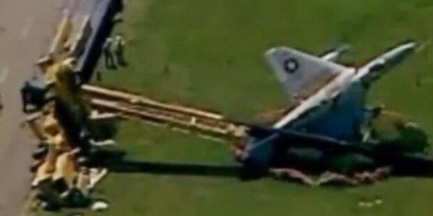 Teure Panne: Kran kracht auf Militär-Jet
