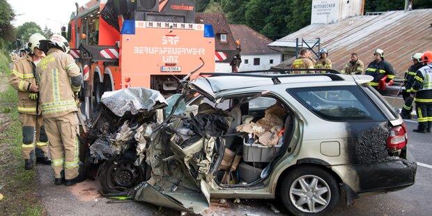 Wagen kollidierte mit Reisebus: Autofahrer tot