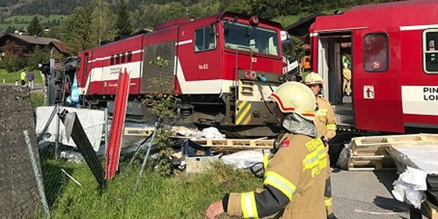 Lkw von Lokalbahn erfasst: Mehrere Verletzte