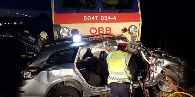 Zug rammte Pkw: Lenker eingeklemmt