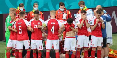 Dänische Nationalspieler schirmen Mitspieler Eriksen nach dessen Kollaps ab