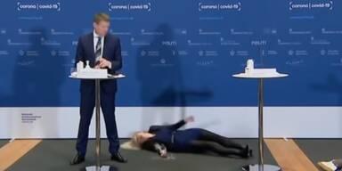 Dänische Sprecherin liegt am Boden