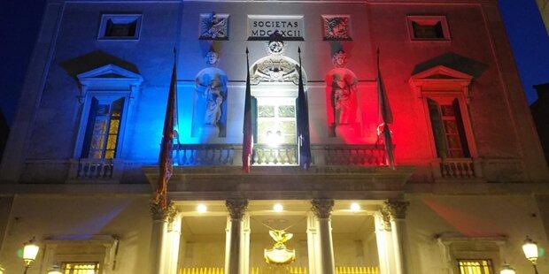 Notre-Dame - Fenice in Farben der französischen Flagge beleuchtet