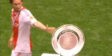 Ajax Spieler lässt Meisterschale fallen