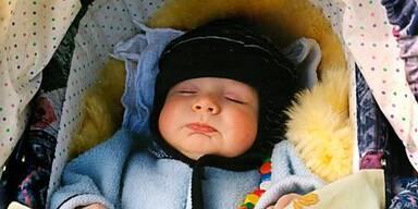Das Baby ist Hitze hilflos ausgeliefert