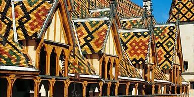 Das Hôtel-Dieu ziert ein vielfarbiges Ziegeldach