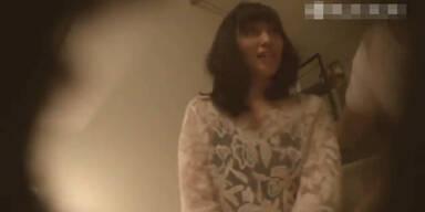 Hübsches japanisches Mädchen bei einem Date