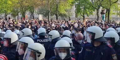 Polizisten bei Demo
