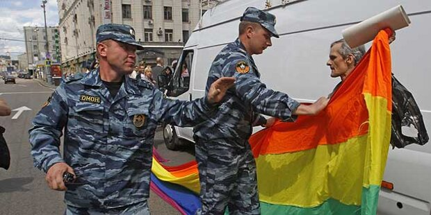 Brutale Polizei-Prügel bei Homo-Demos