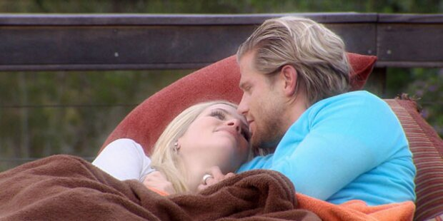 Bachelor Paul küsst sich an Sissi heran