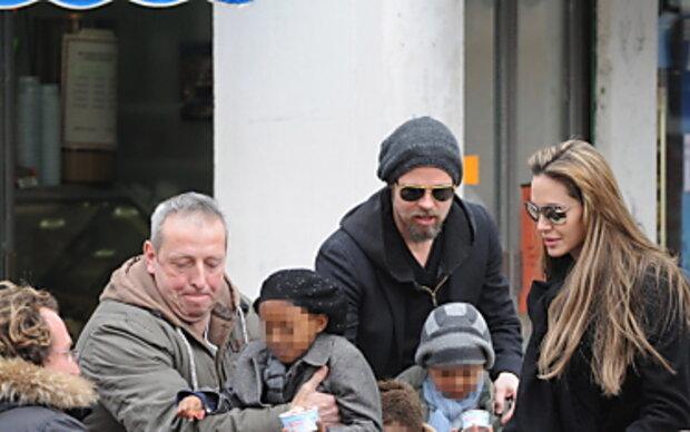 Angelina Jolie gondelt mit Vater durch Venedig