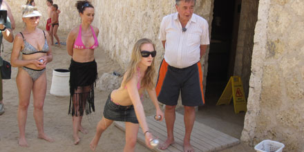 Die Lugners am Nil: Bei Strandspielen herrscht gelöste Stimmung