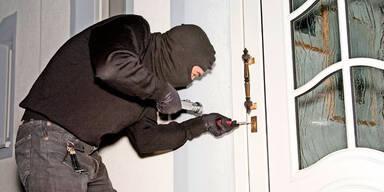Mann überrascht Einbrecher in flagranti