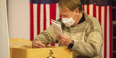 US-Wahl 2020 | Entscheidende Staaten unterbrechen Auszählung