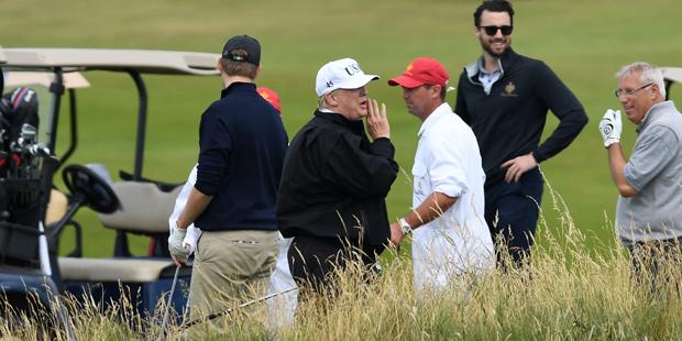 Trump beim Golfspielen in Schottland - Proteste gehen weiter