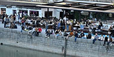 Menschenmassen am Wiener Donaukanal