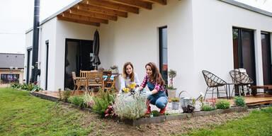 2 Frauen pflegen Garten