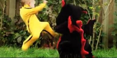"""""""Dragon Baby"""" kämpft Karate mit Drachen"""