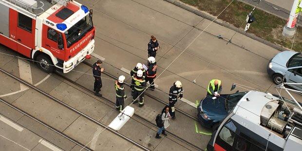 Auto kracht in Wiener Straßenbahn