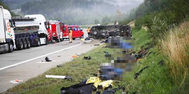 Kleintransporter crasht in Biker-Gruppe: 4 Tote