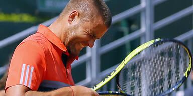 Tennis-Profi schlägt sich mit Racket
