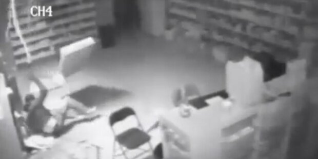 Diebstahl: Einbrecher bricht durch Hausdach