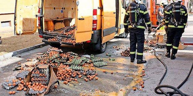 Eier-Transporter ging auf Parkplatz in Flammen auf