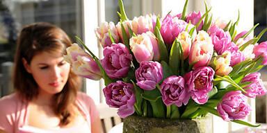 Ein Tulpenstrauß ist ein schöner Osterschmuck