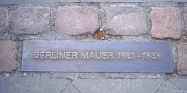 Eine Tafel am Boden erinnert noch an die Mauer