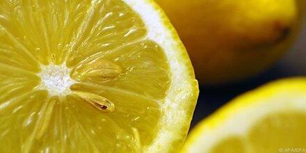 Eiswürfel aus Zitronensaft zum Würzen nehmen
