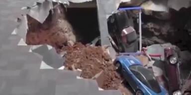 Überwachungsvideo: Erdloch verschlingt Luxussportwagen