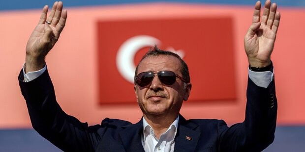 Erdogan lässt Austro-Türken zu Wahl-Urnen karren
